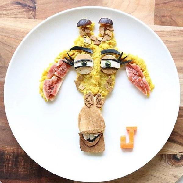Мама готовит для сына необычный ланч в виде известных персонажей.